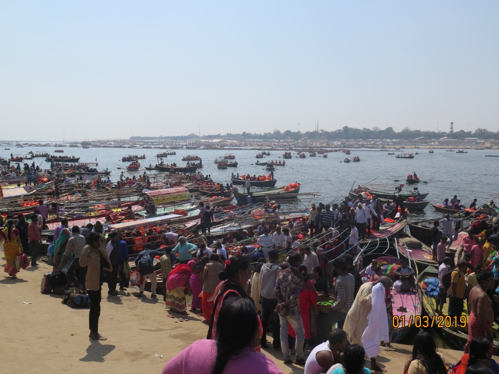 Boats and people on the banks of Ganges